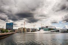Touristes explorant le théatre de l'opéra d'Oslo, Norvège Photo stock