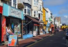 Touristes faisant des emplettes dans Brighton North Laines célèbre images stock