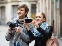 Touristes faisant la photo aux rues Image stock