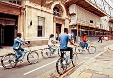 Touristes faisant un cycle à Londres Photo stock