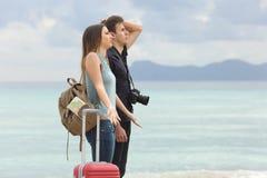 Touristes frustrés avec le mauvais temps sur la plage image stock