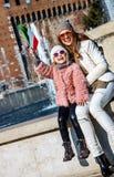 Touristes heureuses de mère et de fille drapeau en hausse à Milan, Italie Images libres de droits