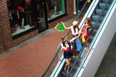 Touristes heureux d'amies de femmes dans le centre commercial image stock