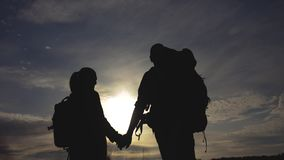 Touristes heureux de famille marchant tenant la silhouette de main de mode de vie au coucher du soleil concept de voyage de trava clips vidéos