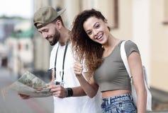 Touristes heureux faisant un tour dans une rue de ville dans un jour ensoleillé Photo stock