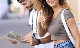 Touristes heureux faisant un tour dans une rue de ville dans un jour ensoleillé Photos libres de droits
