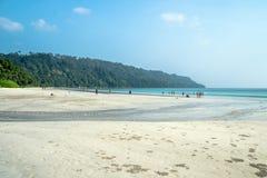 Touristes indiens une grande foule se reposant sur la plage la plus belle en Asie Photos stock
