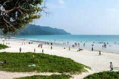 Touristes indiens une grande foule se reposant sur la plage la plus belle en Asie Photographie stock libre de droits