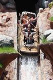 Touristes jouant des jeux dans disneyland Photos stock
