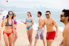 Touristes jouant des jeux de palette de plage Images stock