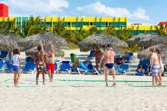 Touristes jouant le volleyball à l'hôtel de Barcelo Solymar à Varadero Photographie stock libre de droits