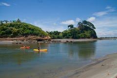 Touristes kayaking dans la plage et le Portete de Mompiche photos stock