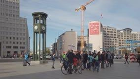 Touristes ? l'horloge c?l?bre chez Potsdamer Platz ? Berlin, Allemagne banque de vidéos
