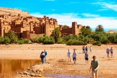 Touristes laissant Ait Benhaddou, Maroc Images libres de droits