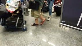 Touristes laissant le terminal d'aéroport avec le bagage après arrivée plate, voyage clips vidéos