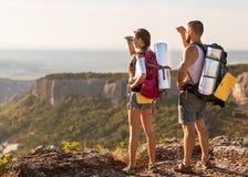 Touristes - les gens trimardant en montagne Image stock