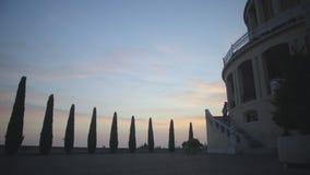 Touristes marchant à l'église antique, à la visite touristique, à la religion et à la foi, Italie banque de vidéos