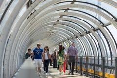 Touristes marchant à l'intérieur du centre Georges Pompidou images libres de droits