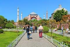 Touristes marchant au Hagia Sophia à Istanbul, Turquie Image stock