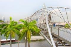 Touristes marchant au pont d'hélice image stock