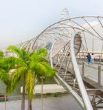 Touristes marchant au pont d'hélice photographie stock libre de droits