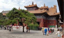 Touristes marchant au sujet de Yonghegong Lama Temple Images stock
