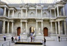 Touristes marchant autour de la porte du marché de Miletus, construite dans l'ANNONCE du 2ème siècle Photographie stock