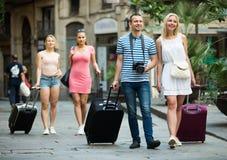 Touristes marchant avec des valises Image stock