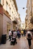Touristes marchant dans la rue pendant le jour ensoleillé images libres de droits