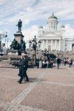 Touristes marchant devant la cathédrale de Helsinki photo libre de droits