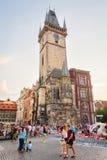 Touristes marchant devant vieux hôtel de ville dedans Photo stock