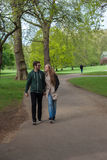 Touristes marchant en parc de Londres images libres de droits
