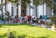 Touristes marchant et faisant un cycle dans l'exposition d'Achi économique Photo libre de droits