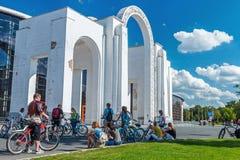 Touristes marchant et faisant un cycle dans l'exposition d'Achie économique Photos stock