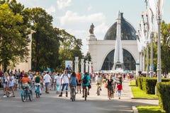 Touristes marchant et faisant un cycle dans l'exposition d'Achie économique Images stock