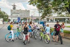 Touristes marchant et faisant un cycle dans l'exposition d'Achie économique Photo libre de droits