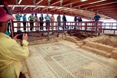 Touristes marchant et observant la mosaïque antique de plancher Kourion était une ville antique sur la côte du sud-ouest de la Ch Image libre de droits
