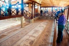 Touristes marchant et observant la mosaïque antique de plancher Kourion était une ville antique sur la côte du sud-ouest de la Ch Images libres de droits