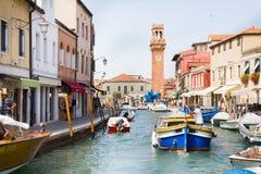 Touristes marchant par un canal dans Murano, Italie Images libres de droits