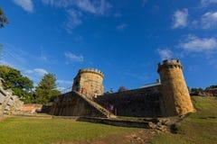 Touristes marchant pour garder Tower comme ruine sur la colline de règlement Image stock
