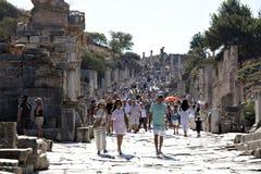 Touristes marchant sur la rue de Kuretes Photographie stock