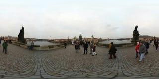 Touristes marchant sur le point de repère célèbre Charles Bridge au temps de jour Photo stock