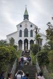 Touristes marchant sur les escaliers à la vieille église d'Oura de chrétien photographie stock