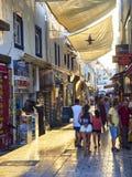 Touristes marchant sur les rues du bazar du centre de Bodrum Mugla Photographie stock libre de droits
