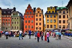 Touristes marchant sur Stortorget à Stockholm, Suède photographie stock
