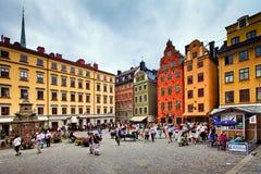 Touristes marchant sur Stortorget à Stockholm, Suède images stock