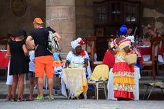 Touristes marchant sur vieille La Havane Image libre de droits
