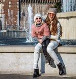 Touristes modernes heureuses de mère et de fille à Milan, Italie Photos stock