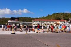 Touristes montant à bord d'un ferry Photographie stock