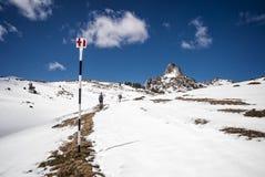 Touristes montant la crête de montagne neigeuse images libres de droits